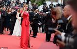 捷克名模佩特拉·內姆科娃一襲紅裙驚豔亮相戛納電影節