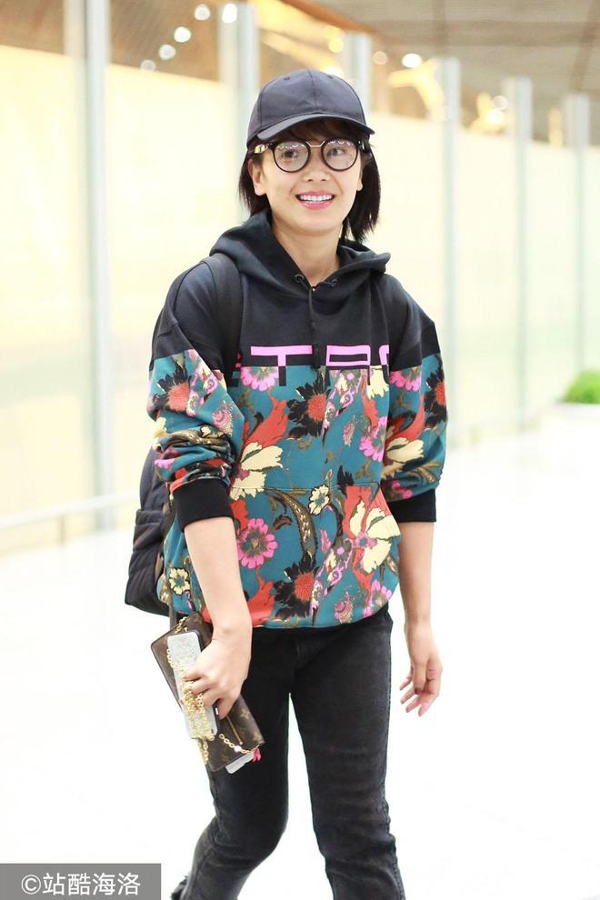41歲劉濤穿印花衛衣素顏亮相 戴圓框眼鏡笑容燦爛親和力足