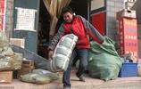 """河南農村""""獨臂俠""""送快遞,風裡來雪裡去,一隻手磨的滿是老繭"""