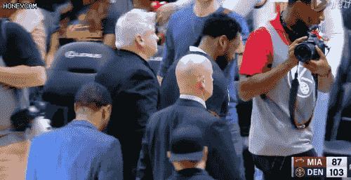 又㕛叒被拒絕!賽後韋德想與帕克交換球衣卻再次被無視,對於帕克的舉動,你如何評價?