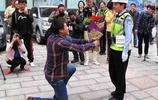 男子交通違章後愛上女交警,下跪求婚時她說了3個字