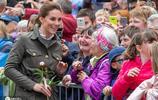 """威廉王子夫婦出訪地方 凱特王妃""""偷摸""""萌娃小腳丫好有愛"""