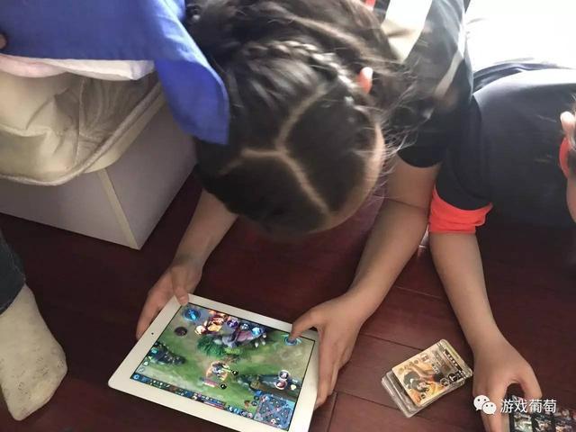 市面驚現《王者榮耀》實體卡牌,一塊錢8張!小學生已經玩瘋了!