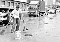 莆田:村民運建築材料不慎撒落 冒雨清路面