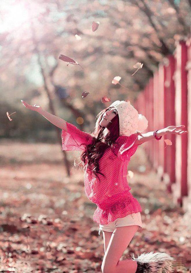 小智圖說-在戶外街邊餐館休息和樹林散步的陽光美女很青春甜美!
