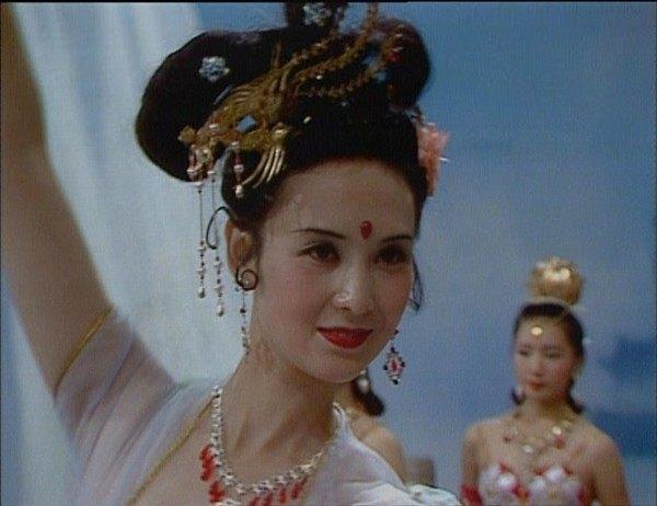 迪麗熱巴扮演嫦娥爭議不斷,還是趙麗穎的最可愛,陳紅的最經典!