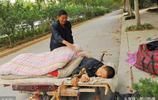 兒子患精神疾病沒錢治,離家出走後,農村老人自制平板車拉兒回家