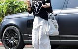 布魯克·博克時尚黑白配穿搭現身街頭,腳踩細高跟鞋似走秀