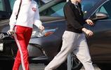 克里斯汀·斯圖爾特和女友現身街頭,兩人個性紅配綠好亮眼