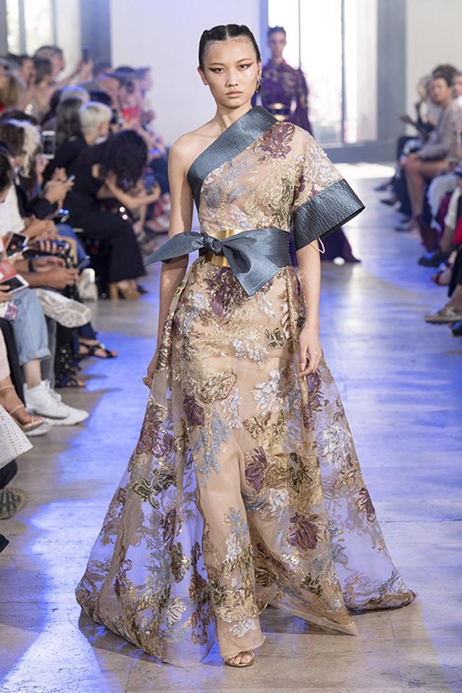 Elie Saab高定時裝系列的禮服在廓形上採用了日式和服的設計風格