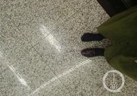 """太擠了!女乘客坐輕軌3號線被擠掉鞋 """"光腳""""去上班"""