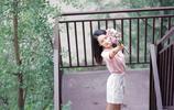 李沁晒出一組夏日寫真,粉白搭配乾淨清新,人比花嬌