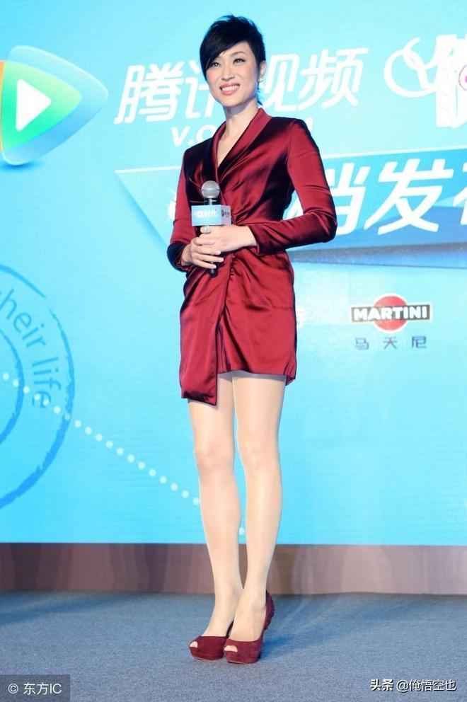 看來也只有港姐出身的陳法蓉能撐得起這酒紅色的禮服而仍光彩奪目