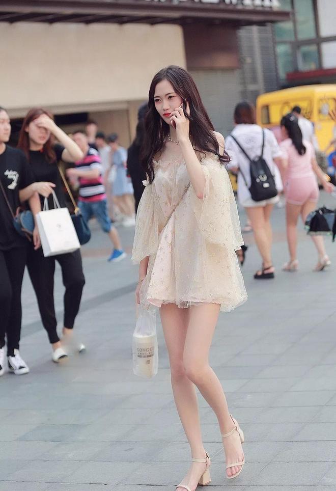 時尚穿搭!雪紡短裙搭配高跟涼鞋,秀雅動人