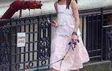 蘇瑞母女街頭遛狗,女兒吊帶碎花裙女神範初現,媽媽卻越穿越土氣