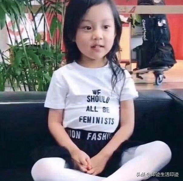 李小璐身穿白衣風格十分素雅,與賈乃亮一樣,她也變了