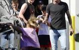 著名球星貝克漢姆昨天攜一家老小,在美國LA團聚,外出吃晚餐被拍