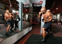 53歲泰森秀拳法!鬍子花白,煙不離手,拳速和力量證明他依然能打