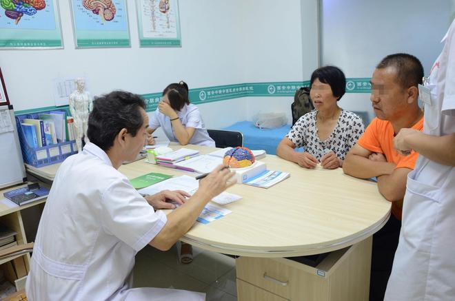 實拍:兒子身患癲癇,為省錢給他治病,母親果斷切除左乳感動眾人