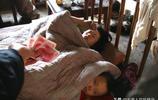 湘妹子未婚生育,帶倆孩子鑽被窩裡不出去,一天一頓飯,啥情況