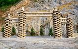 這個山寨花了一千萬元買了十萬個老磨盤鋪路、砌牆,磨糧變作磨腳