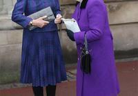 92歲英國女王真時髦,黑色長筒靴配大衣,頭上的羽毛禮帽漂亮極了