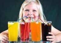夏季炎熱許多人愛喝冷飲但冷飲易傷脾胃,你知道如何喝冷飲不傷身