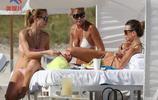 克勞蒂亞·嘉蘭蒂和朋友海灘度假,她們打扮得非常低調