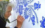 90歲奶奶花費30年把整個村莊畫滿花紋,遊客猜測是神祕宗教紋飾