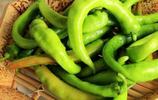 青椒不要只會做虎皮青椒,學會這個方法,水裡煮一煮,比肉還好吃