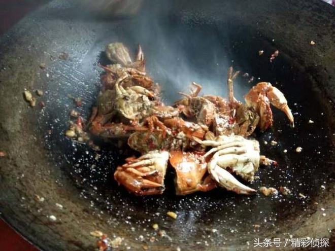跟著農民伯伯溪邊抓螃蟹,土辦法辣炒螃蟹,第一次吃自己抓的螃蟹