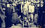 老照片:民國時期江湖藝人,圖2小男孩的表情痛苦,圖8女子舞劍