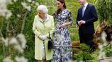 凱特王妃陪同女王參觀花展 威廉王子滿臉驕傲緊跟其後