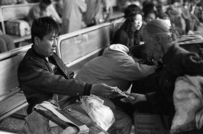 90年代的火車站—藏汙納垢 治安混亂 坐火車出行是件讓人擔心的事