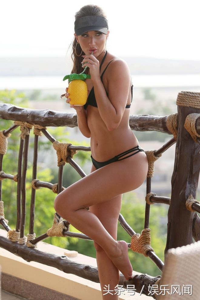 梅根·麥肯納伊比薩島度假秀身材,她的美麗無人能比