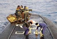 果然是戰鬥民族的海軍 俄國潛艇竟浮出水面捕撈螃蟹開葷