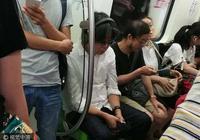 老狼坐地鐵被拍 頭髮花白戴耳機顯滄桑