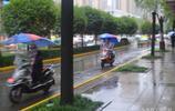 實拍西安大雨中拉客的摩的師傅,雨中疾馳,為少收五塊錢吵架