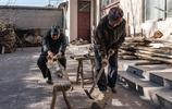 80歲老兩口還在幹傳統木匠活,活得瀟灑自在還能為孫子讀研攢錢