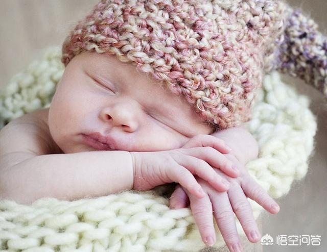 婆婆總喜歡把睡著的孩子叫醒,說白天睡多了晚上不睡覺,可那還是剛剛出生沒幾天的孩子,該怎麼辦?
