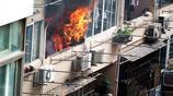 上海一居民樓突發大火,正值中秋節,消防官兵火速出警救援