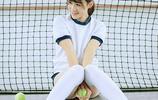 網球場內的棒球帽過膝襪網球少女活力十足
