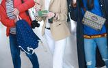 張雪迎氣質穿搭亮相機場,認真為粉絲簽名親和大方
