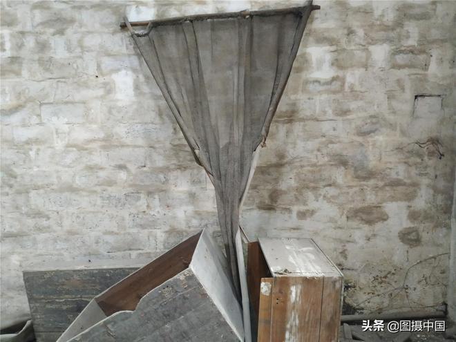 東莞一座廢棄樓房,樓內的舊物,表明一段怎樣的故事?