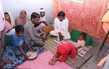 印度村民把一殘疾人當做印度教神靈轉世