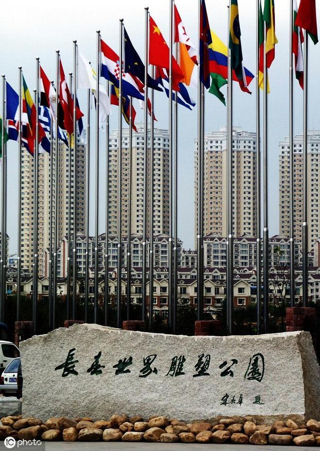 長春世界雕塑公園,裡面的雕塑風格迥異,堪稱世界雕塑的花園