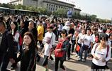 國慶繼10萬人觀看升旗現場後,天安門現人山人海,遊客花樣留影
