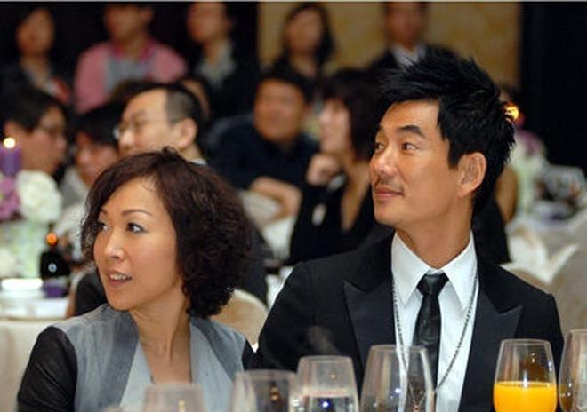 51歲任賢齊全家近照,兒女雙全人生大贏家,堪稱絕世好男人