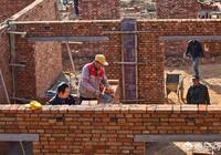 農民在外面買了房,常年不回農村,為啥還要在家蓋房?