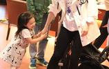 董璇與3歲女兒大牌加身現身機場 高顏值小酒窩和高雲翔一模一樣